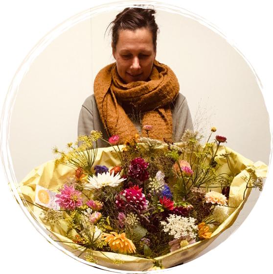 Rhea-met-bos-bloemen-2